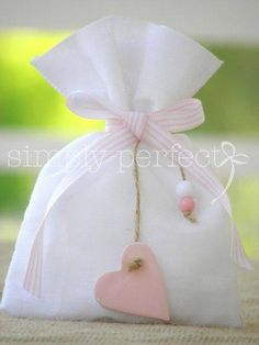 Presentation ideas for favors. Première Communion, First Holy Communion, Favor Bags, Gift Bags, Wedding Favours, Party Favors, Lavender Bags, Gift Packaging, Creative Gifts
