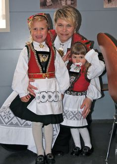 European Costumes, Costumes Around The World, Russian Folk Art, Hardanger Embroidery, Folk Costume, Historical Clothing, Traditional Dresses, Norway, Dame
