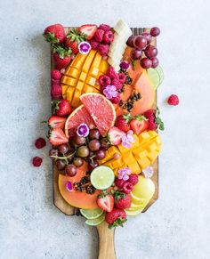 My tropical twist fruit platter from the weekend! That are your favorite fruits to incorporate in a fruit plate? Mine at all times must have berries and mangos! 🍒🍑🍉🍇 Cannot watch for native berry s… Charcuterie Recipes, Charcuterie And Cheese Board, Fruit Platter Designs, Breakfast Platter, Breakfast Fruit, Fruit Dinner, Fruit Plate, Fruit Trays, Fruit Art
