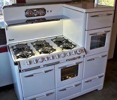 Awesome vintage cooktop with multiple ovens and warming drawers.