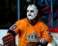 Rogie the goalie. La Kings Hockey, Women's Hockey, Hockey Games, Hockey Players, Nhl, Canada Hockey, Hockey Pictures, Goalie Mask, Star Wars