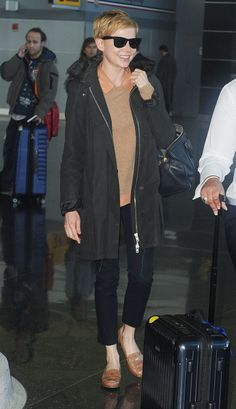 Estilo al viajar / Michelle Williams en el aeropuerto JFK en Nueva York