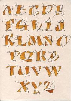 Alphabet dessiné  Et bien non je n'ai pas arrêté la calligraphie... j'ai d'ailleurs appris plusieurs écritures. Un exemple avec cet alphabet qui est proche du dessin. Je l'ai réalisé tout d'abord au crayon d'après un modèle. Ensuite j'ai repassé sur les lignes à l'aide d'un marqueur noir. J'ai colorié diverses parties à l'aide d'encre ocre jaune.