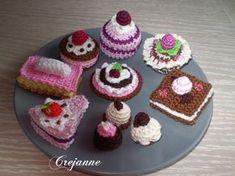 Ik ben de laatste tijd helemaal verslaafd aan haken, dit keer kleine taartjes en bonbons. Een bord vol heerlijke taartjes en bonbons. Oo... Crochet Cake, Crochet Food, Felt Food, Needle Felting, Sweet Home, Crocheting, Desserts, Crafts, Tela