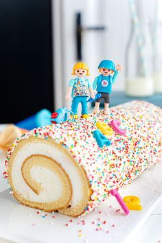 Pimpt eure Sahne-Rolle passend zur Einschulung Cream roll with colorful sprinkles and ABC decor to match school enrollment. Sweet cake idea quickly and without baking. Diy Birthday Cake, First Birthday Cakes, Giant Chocolate, Chocolate Chip Cookies, Sprinkles, Classic Cake, Funfetti Cake, Sweet Cakes, Cake Mold