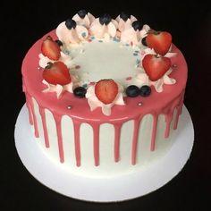 Торт ягодный с зефирным муссом. Рецепт с фото / Готовим.РУ Coco, Deserts, Food And Drink, Birthday Cake, Cake Stuff, Sticker, Cakes, Cake Designs, Decorating Cakes