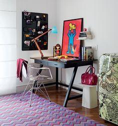 No escritório da artista plástica Dedéia Meirelles, dona da Galeria Ímpar, a cúpula azul faz boa composição com o pôster de obra do artista Keith Haring, que ela trouxe de Nova York e colocou ao lado da boneca Blyde, sobre a mesa