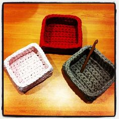 Cajas / cestos cuadrados con trapillo Crochet Bowl, Crochet Basket Pattern, Crochet Crafts, Crochet Yarn, Yarn Crafts, Crochet Baskets, Knitting Projects, Crochet Projects, Crochet Organizer