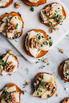 Crostini de batata doce com queijo, pêra e tomilho - # pear # cheese . New Year's Eve Appetizers, Appetizers For A Crowd, New Year's Snacks, Healthy Snacks, Healthy Recipes, Dinner Party Main Course, Crostini, Food Porn, Paleo Dessert