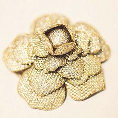 Mais detalhes da camélia de brilhantes e ouro rosa da designer Bibiana Paranhos. Uma peça única e super exclusiva! #bibianaparanhos #joia #jewels