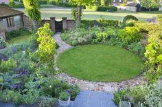 Two Gardens In One - Sue Townsend Garden Design Circular Garden Design, Circular Lawn, Modern Garden Design, Landscape Design, Modern Design, Back Gardens, Small Gardens, Modern Gardens, Garden Borders