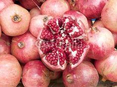 Innenleben eines Granatapfel auf dem Basar in Istanbul Erenköy im Stadtteil Kadiköy in der Türkei