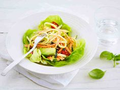 """Valmista raakapasta kesäkurpitsasta ja porkkanasta. Tämä helppo ja raikas """"pasta"""" sopii erinomaisesti myös gluteenittomaan ruokavalioon. Annostele lautasille salaatinlehtiä, kasvispastaa, avokadoa ja tomaatteja."""