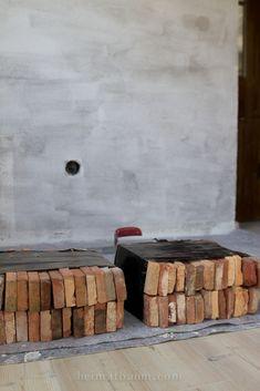 Eine uralte Backsteinwand in einem neuen Haus - so geht´s! - HEIMATBAUM Brick Tile Backsplash, Brick Tiles, Office Wall Design, Office Walls, Wall Finishes, Bathroom Renos, Siena, Wall Wallpaper, Firewood