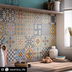 Kitchen: 20 ways to adopt cement tiles - In black and white or color, the cement tile is more and more trendy and he invites himself into th - Kitchen Decor, Kitchen Design, Small Kitchen Tiles, Inside Design, Decorative Tile, Tile Design, Decorating Tips, Home Furnishings, Home Furniture