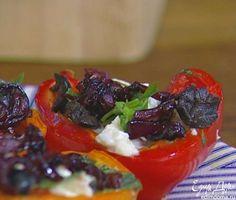 Перец выложить на блюдо, сверху на каждую половинку положить кусочек моцареллы, присыпать оливками и базиликом, добавить немного закарамелизированного лука.