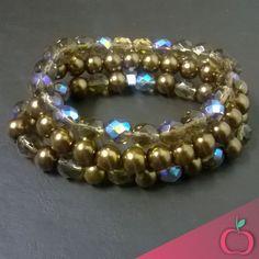 As pérolas são sempre bem-vindas. Que tal variar a composição com este conjunto de pérolas de vidro marrom e cristais?  #pérolas #acessórios #pulseiras #bijouterias #bijus #cristais #pulseirasfemininas