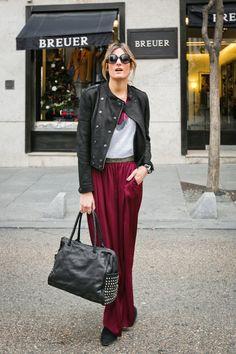 Uno de los colores de moda esta temporada es el rojo vino o conchevino, sentador para las pieles claras. Las faldas largas quedan precisas! Y si los combinas con gris? Wow!!
