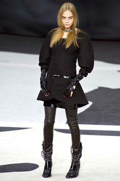 Cara Delevingne au défilé Chanel, noir, cuir