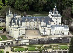 Chateau d'Usse is a beautiful castle in the Loire Valley that may of been the inspiration of sleeping beauty castle for Charles Perrault. Beautiful Castles, Beautiful Buildings, Beautiful Places, Photo Chateau, Chateau Medieval, Sites Touristiques, French Castles, Sleeping Beauty Castle, Germany Castles