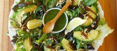 Salada de abacate com granola salgada