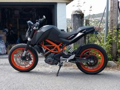 Black wheels or not? Duke Motorcycle, Duke Bike, Scrambler, Ktm Duke 200, Ktm Motorcycles, Ktm Rc, Moto Cafe, Bike Photography, Black Wheels