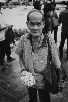 Went to bugis street, last week end after kampong glam. Just before the traffic light, i saw an old man selling tissue, and i shoot just front of him. He looks fierce.