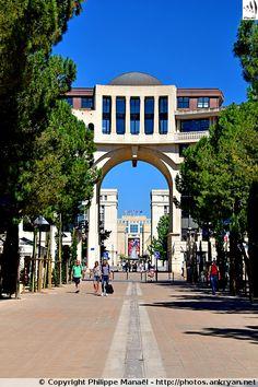 Place du Millénaire bordée de cafés et restaurants. Quartier d'Antigone, Montpellier