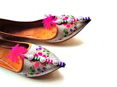 Vintage Embroidered Pointed Toe Indian Shoes/  Size 7 by Nuvegriz, etsy