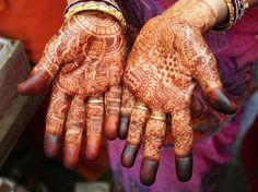 Узоры из хны на руках индийской женщины