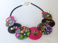 Collier ras de cou aux perles rondes et plates multicolores, roses et noires en pâte Fimo : Collier par lavachequireve