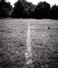 """#RichardLong - #ALineMadeByWalking (1967) Het werk van de Engelse kunstenaar Richard Long (1945), is gefundeerd op de handeling van het 'lopen'. Long noemde zijn manier van werken 'art-walking', d.w.z. door en tijdens het lopen ontstaat het kunstwerk. In zijn vroegste werk """"A Line Made By Walking"""", is er een lijn in het gras ontstaan door het herhaaldelijk heen-en-weer lopen op een grasveld. (Bron: http://www.tate.org.uk/art/artworks/long-a-line-made-by-walking-p07149) #mappinglandart"""