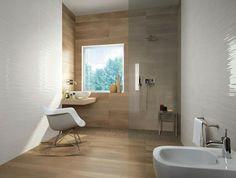 salle de bain bois douche italienne fauteuil blanc aménagement pièce d'eau