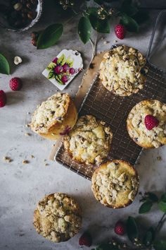 Saftige Himbeer Muffins mit Streuseln. Einfaches, gelingsicheres Rezept für total leckere Muffins. Auch toll mit Brombeeren, Kirschen oder Johannisbeeren.  #backen #muffins #himbeeren #streusel Cupcakes, Cheese, Breakfast, Ethnic Recipes, Sweet, Food, Dessert, Pie, Raspberry Muffins