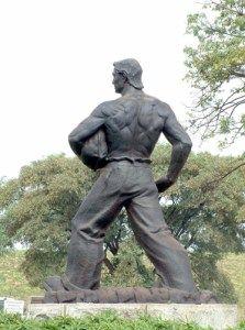 """O SEMEADOR – A imagem de um agricultor lançando grãos na terra, de autoria do escultor italiano Caetano Fraccaroli, foi uma homenagem ao Dia do Trabalho em 1925. Inspirado no ditado popular """"Quem semeia, colhe"""", a obra foi vencedora de um concurso realizado pela prefeitura de SP. Instalada inicialmente no Parque Dom Pedro II, ela foi transferida para a Praça Apecatu, próximo ao CEAGESP."""