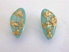VINTAGE 50 S GENUINE GOLD FLAKES PIK AXE TURQUOISE BLUE LUCITE EARRINGS