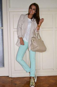 Paula Echevarría con un look muy priamveral en tonos pastel. ¿Quieres conocer los detalles? Visita su blog en http://paula-echevarria.blogs.elle.es/2012/05/04/spot/