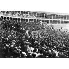 LA HUELGA GENERAL EN ZARAGOZA. MITIN CELEBRADO EN LA PLAZA DE TOROS, EN EL CUAL SE ACORDÓ LA CONTINUACIÓN DE LA HUELGA, LA REPRESENTANTE DEL GREMIO DE 1910 PANTALONERAS PRONUNCIANDO SU DISCURSO: Descarga y compra fotografías históricas en   abcfoto.abc.es