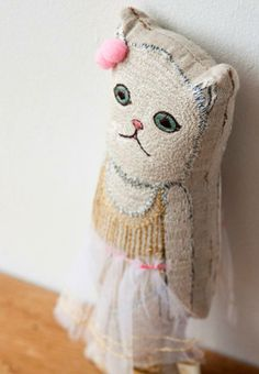 top-stitched kitty cushion