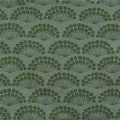 La tela de hule Green Flowers de la diseñadora danesa Susanne Schjerning es una hermosa base para vestir la mesa. La tela plastificada tiene un patrón gráfico, retro inspirado diseñado. Es una tela plastificada fácil de limpiar y que se puede lavar a máquina, si es necesario. ¡Un mantel ideal para las familias con niños!