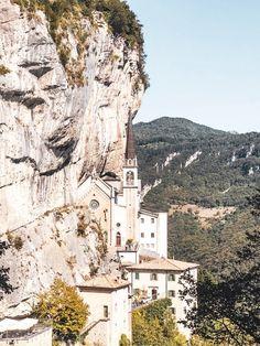 Blick auf die Felsenkirche von der Bushaltestelle