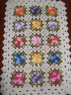 Tapete de barbante crú e Barroco composto de 15 flores Annie's Crochet, Crochet Tote, Freeform Crochet, Love Crochet, Crochet Flowers, Crochet Patterns, Crochet Square Blanket, Crochet Squares, Granny Square Projects