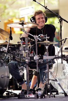 Rick Allen drummer for Def Leppard. He lost his arm in an auto accident and is still one of the best drummers ever. Incredible to watch and even more incredible to hear. He is inspirational. Pet Shop Boys, Def Leppard, Rick Allen Drummer, Great Bands, Cool Bands, Trommler, Promo Flyer, Phil Collen, Idol