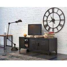 Originale et très décorative, la grande horloge en métal recouvert d'une peinture époxy marron effet vieilli.