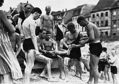 Berliner baden in der Spree, 1931, Germany
