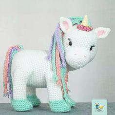 Canal crochet en Youtube 😊 Cute Toys, Lana, Hello Kitty, Dinosaur Stuffed Animal, Crochet Patterns, Crochet Hats, Character, Youtube, Tutorial Crochet