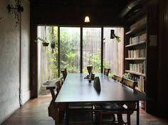 カフェの中はほんのり暗め。電球の明るさが、ゆったりするのには調度良いんです。 窓から見えるお庭を見ながら、本棚の本をそっと片手に。時がゆっくり流れていくような不思議な感覚を「雨林舎」で体感してみて♪