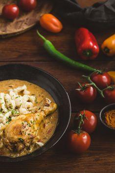 Odkedy varím a pečiem pravidelne vo vlastnej domácnosti, rada si raz za týždeň pripravím aj nejaký tradičný recept. Kurací perkelt s domácimi haluškami určite patrí medzi moju obľúbenú desiatku tradičnô receptov, ktoré nikdy nevyjdú z módy a ktoré rada vyskúšam aj v reštauráciách. Curry, Ethnic Recipes, Food, Red Peppers, Curries, Eten, Meals, Diet