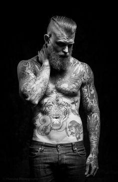Dans la lignée de Zombie Boy, les corps recouverts de tatouages sont…