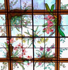 Vitral alusivo a orquídeas em claraboia no teto do museu do Jardim Botânico de São Paulo